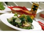 Зеленый салат, клубника и четыре сыра