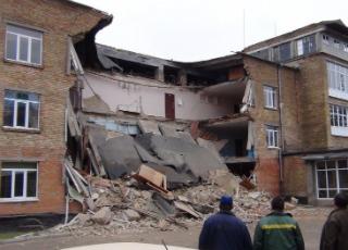 В Василькове во время уроков обвалилась стена школы (видео)